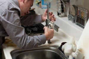 פתיחת סתימה בכיור מטבח